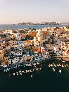 Uitzicht over de haven van Procida vanuit de lucht van Michiel Dros