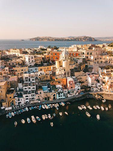 Blick aus der Luft auf den Hafen von Procida mit Ischia im Hintergrund von Michiel Dros