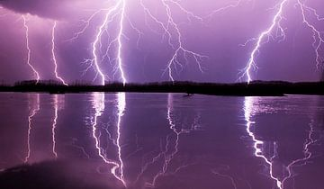 Lightning over lake in Hungary sur AGAMI Photo Agency