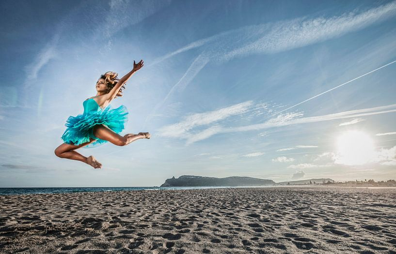SA 11399069 Een jonge danseres in tutu op het strand van BeeldigBeeld Food & Lifestyle