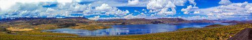 Panorama eines Bergsees im Hochland der Anden, Peru