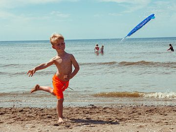 kind speelt op het strand van Kim Groenendal