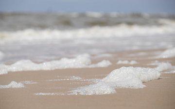 Schuim op het Strand - Egmond aan Zee van Gerda Hoogerwerf
