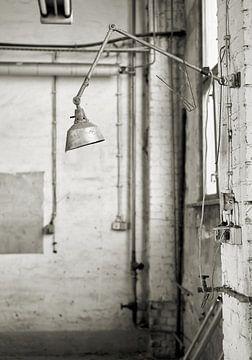 Lampe in einer verlassenen Fabrik in Magdeburg