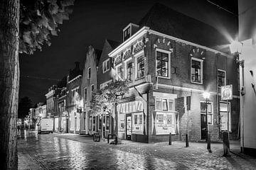 Historisches Gebäude Ecke Utrechtsestraat Hofstraat bei Nacht in schwarz und weiß von Tony Buijse