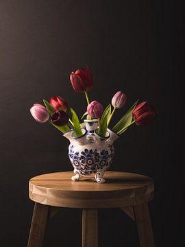Still life: tulips in vase van Alexander Tromp