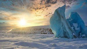 Licht over de baai in Asgard op Spitsbergen van Kai Müller