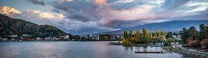 Zicht op lake Kawaguchiko van Manja Herrebrugh