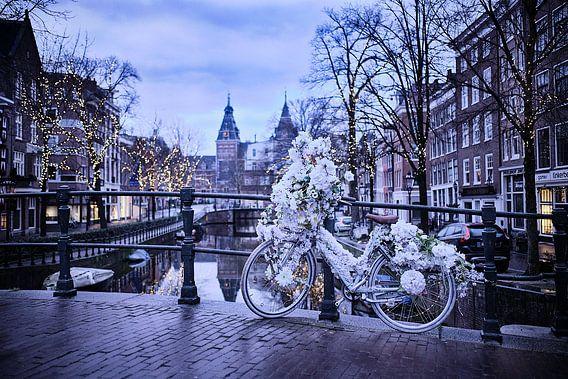 versierde fiets op Amsterdamse gracht