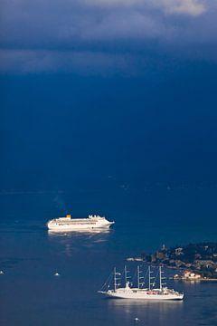 ver in de blauwe verte mengt de zee zich met wolken twee schepen in de helderblauwe zee en een klein van Michael Semenov