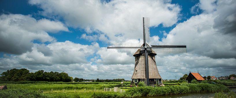 Oudhollandse molen tegen wolkendek in kleur van Arjen Schippers