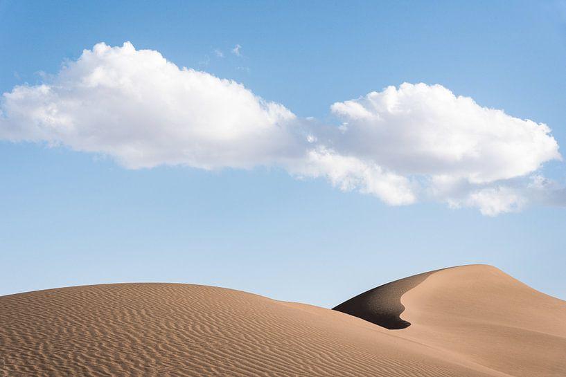 Nuages au-dessus d'une dune de sable dans le désert d'Iran. sur Photolovers reisfotografie