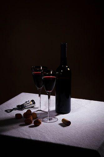 Stilleven met rode wijn en twee glazen