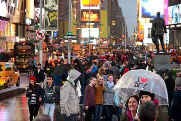 Times Square in New York op een regenachtige avond van Merijn van der Vliet