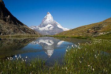De Matterhorn spiegelend in de Riffelsee in het prachtige Zwitserland von Paul Wendels