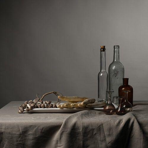 modern stilleven met asperges, schelpen en glaswerk [vierkant]