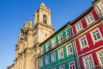 Kleurrijke huizen en torens van een klooster in Braga van Marc Venema