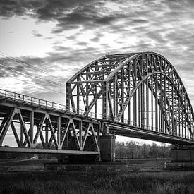 Magnifique pont ferroviaire classique en acier sur le Rhin près d'Oosterbeek, Arnhem. sur Patrick Verhoef