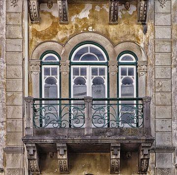 Een art nouveau raam met balkon in Tomar, Portugal
