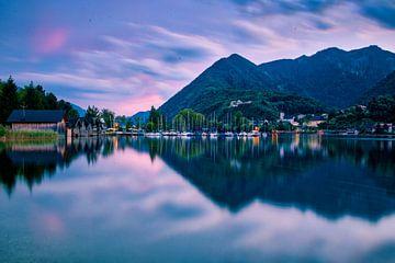 Meer in Oostenrijk tijdens zonsondergang van Kevin Baarda