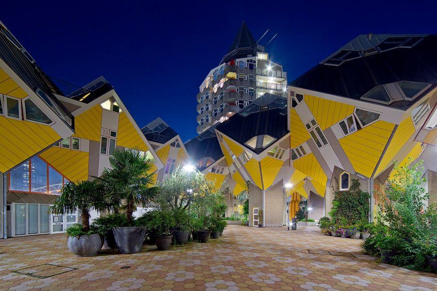 Nachtfoto Kubuswoningen en het Potlood te Rotterdam
