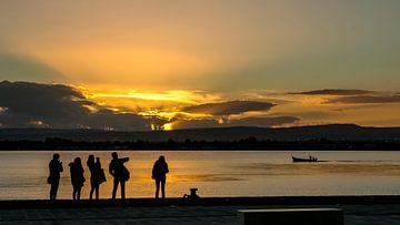 Zonsondergang met silhouetten van Arina Keijzer