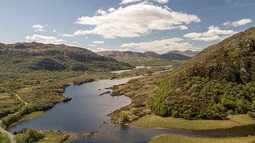 Luchtopname van een meer bij de Ring of Kerry in Ierland van Robin Jongerden