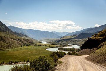 rivier kronkelt door de vallei