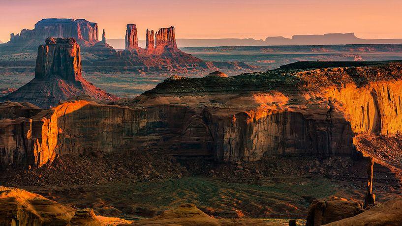 Sunrise at Hunts Mesa in Monument Valley van Henk Meijer Photography