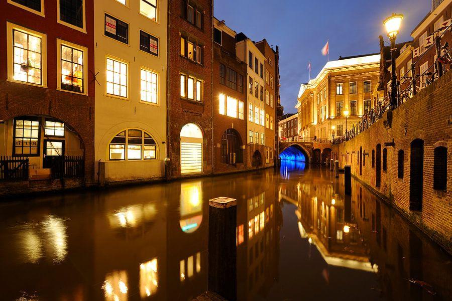 Oudegracht in Utrecht tussen Kalisbrug en Stadhuisbrug