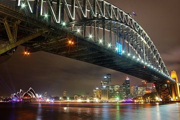 Skyline van wolkenkrabbers en overzichtsfoto van Sydney, Australië en de bekende Harbour Bridge van Original Mostert Photography