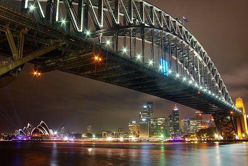 Skyline van wolkenkrabbers en overzichtsfoto van Sydney, Australië en de bekende Harbour Bridge op d van Original Mostert Photography