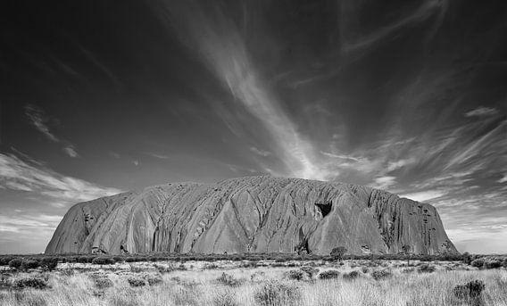 Uluru (Ayer's Rock) bij zonsopgang onder mooie pluizige wolken