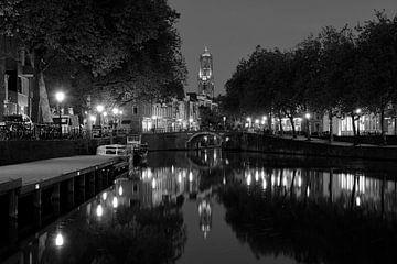 Zicht op Zandbrug en Oudegracht in Utrecht vanaf de Bemuurde Weerd, ZWART WIT sur Donker Utrecht