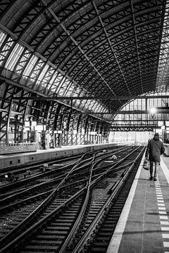 Auf dem Bahnsteig von Amsterdam Central von Marleen Kuijpers