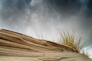 Dreigende lucht boven de duinen