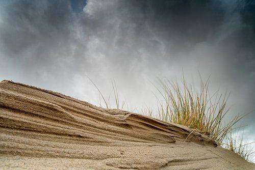 Dreigende lucht boven de duinen van