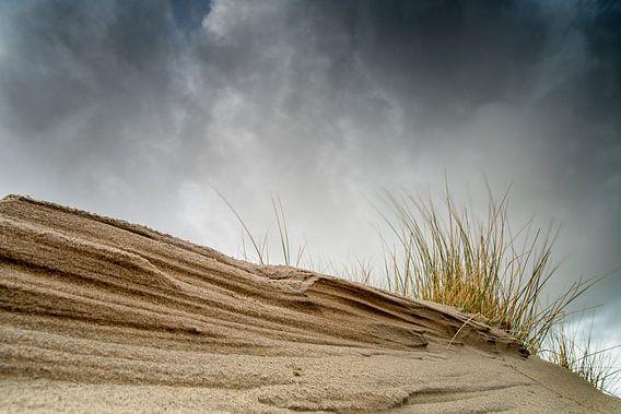 Donkere wolken boven de duinen van Gonnie van de Schans
