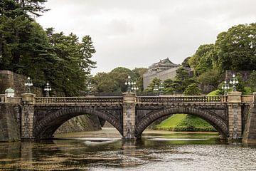 Brug in de tuinen van het Keizerlijk Paleis in Tokio, Japan van Marcel Alsemgeest