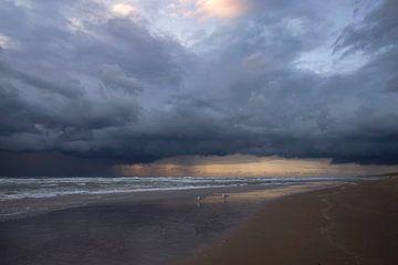 Donkere wolken boven de kust van Barbara Brolsma