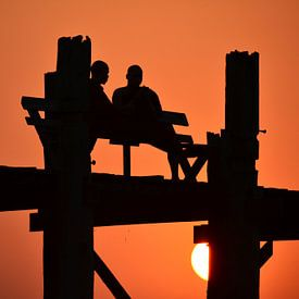 Monniken tijdens zonsondergang U Bein bridge Myanmar van My Footprints
