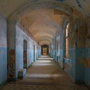 Een van de vervallen hallen van Beelitz van