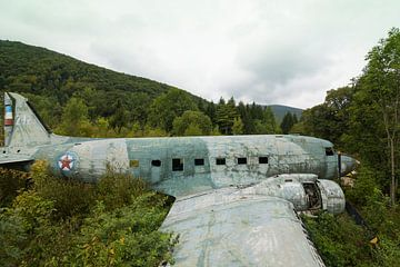 Verlassenes Wrack von Militärflugzeig Dakota Kroatien von Ger Beekes