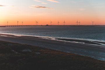 Zonsopgang bij Zeeuwse Kustlijn met uitzicht op Windmolenpark in Westenschouwen van Susanne Ottenheym