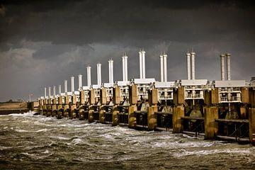 Oosterscheldekering bij storm van Frans Lemmens