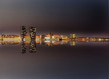 Almere Skyline bij nacht. van Brian Morgan