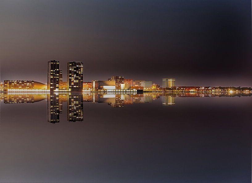 Almere Stad  Skyline bij nacht. van Brian Morgan