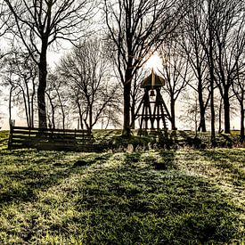 Begraafplaats Indijk met karakteristieke klokkestoel in het tegenlicht van Harrie Muis