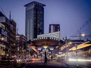 De tramhalte Hollands Spoor in den Haag in de avond. van Claudio Duarte