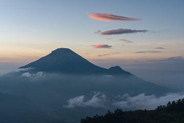 Een mooie zonsopkomst gezien vanaf de Sikunir berg in Midden Java van Anges van der Logt